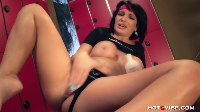 Brunette brings herself to incredible Squirting