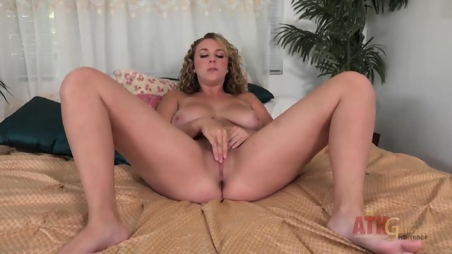Busty curly blonde caressed the hole