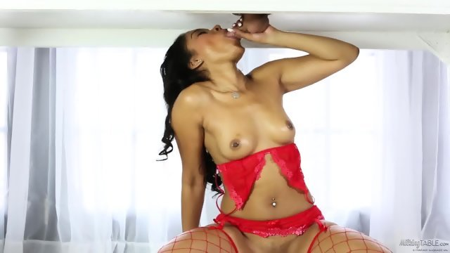 Gorgeous slut makes a Royal Blowjob