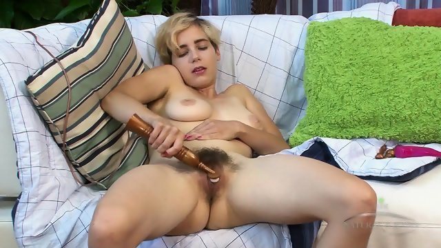 Hairy pussy stimulates with a vibrator